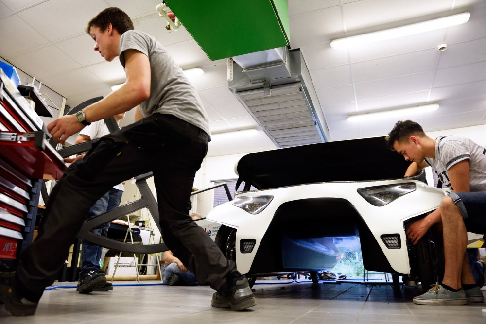 Uber Lux London >> RE•WORK | Blog - This Smart Solar-Powered Car Creates More Energy Than It Consumes